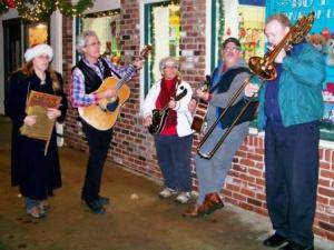 Strolling musicians provided musical entertainment.
